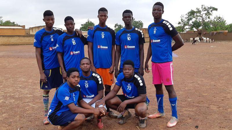 À Ouagadougou, les jeunes Burkinabés portent fièrement les couleurs begninoises.