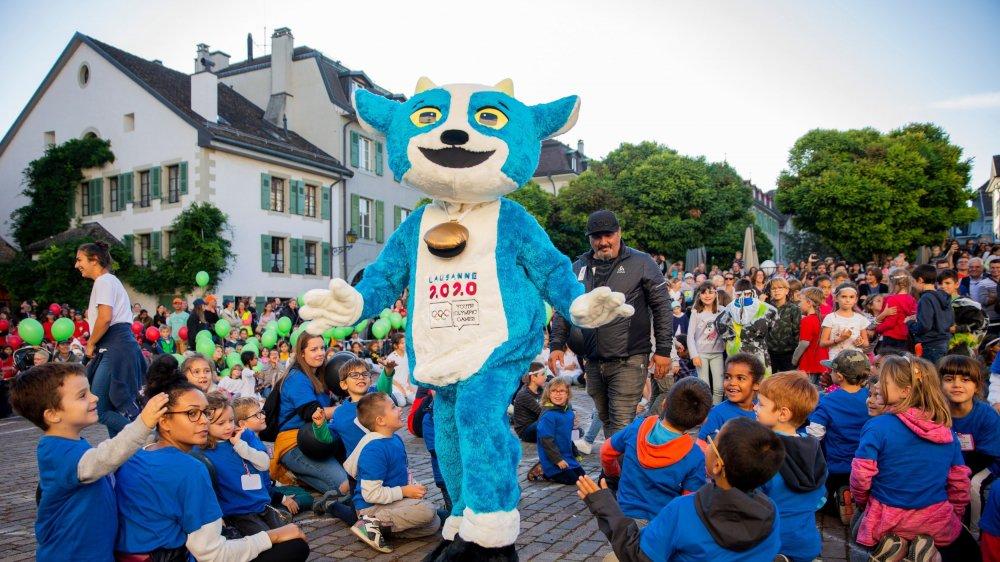 Avant l'arrivée de la flamme olympique sur la place du château, la mascotte Yodli s'est offert un bain de foule juvénile.