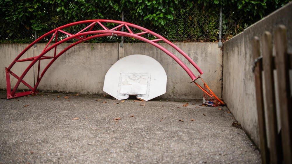 Les conseillers souhaitent connaître l'avenir du collège avant de réaliser un nouveau terrain de basket.