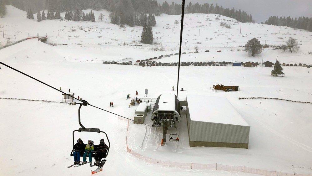 Depuis le vallon des Dappes, les skieurs pourraient remonter facilement sur le massif des Tuffes (au fond) en survolant un nouveau parking et un bâtiment d'accueil à bâtir. Mais pour l'heure tout est gelé par un recours.