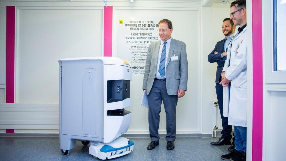 Pour la direction et les employés du GHOL - Daniel Walch, directeur général, Bruno Weiss directeur de la logistique hospitalière, et Mathias Maîtrejean, responsable du laboratoire d'analyses -, l'apport positif du robot livreur ne fait aucun doute.