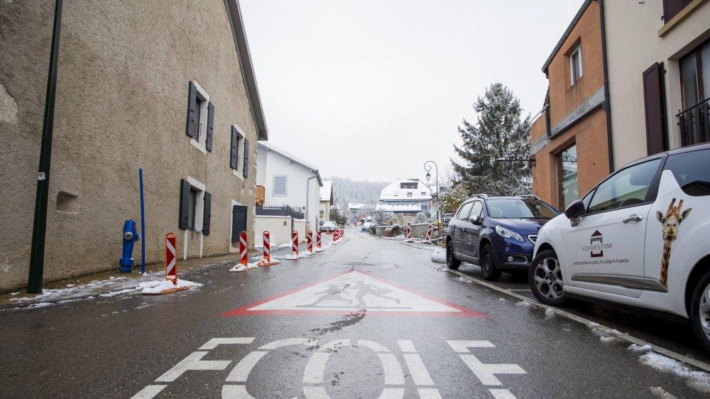La rue du Village d'Arzier-Le Muids sera définitivement rouverte à la circulation après des aménagements pour améliorer la sécurité.