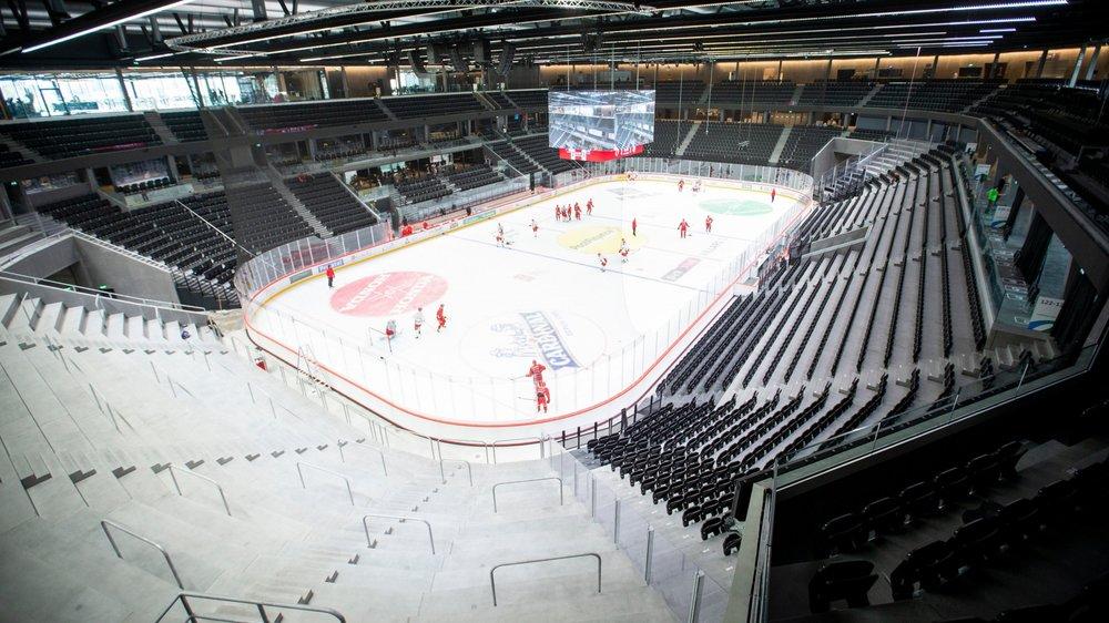 """Le Lausanne Hockey Club griffant pour la première fois la glace de la Vaudoise aréna vue depuis le haut du """"mur"""" qui accueillera dès mardi soir les supporters debout des Lions."""