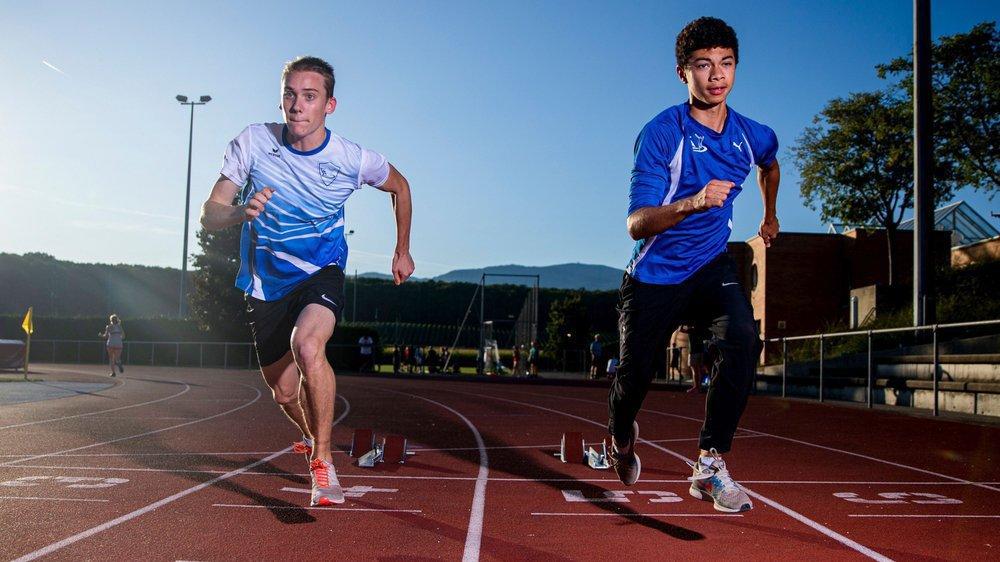"""Amis dans la vie, Liam Gumprecht (à g.) et Kylian Widmer (à dr.) se tirent sur la piste. """"On se challenge et on se taquine beaucoup, mais toujours avec respect"""", assurent-ils."""