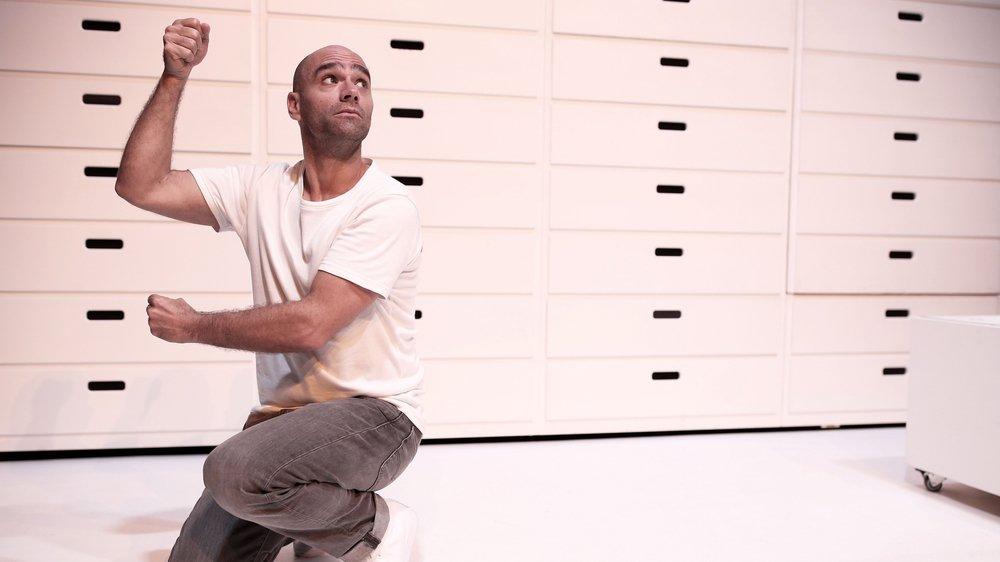 """Karim Slama présente son dernier spectacle """"L'Evadé"""" à Rolle ce week-end. Il incarne l'imagination d'un homme paralysé qui utilise sa créativité pour s'évader de son enveloppe corporelle."""