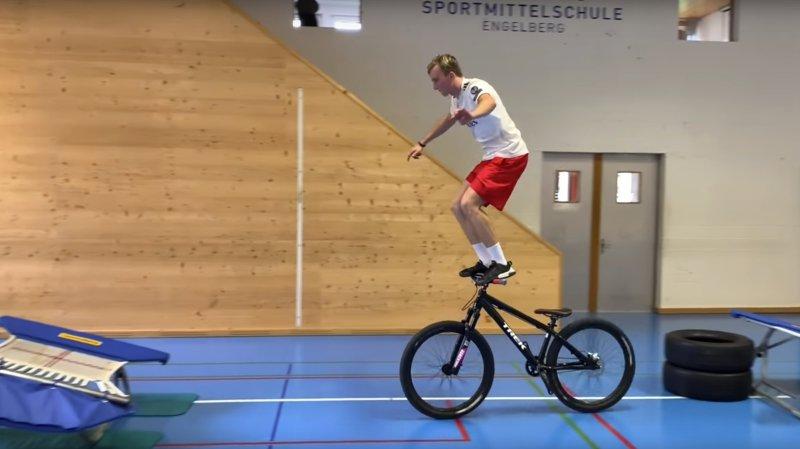 Andri Ragettli est un sportif de haut niveau qui s'entraîne dur. Mais il aime mettre un peu de folie dans ses sessions.
