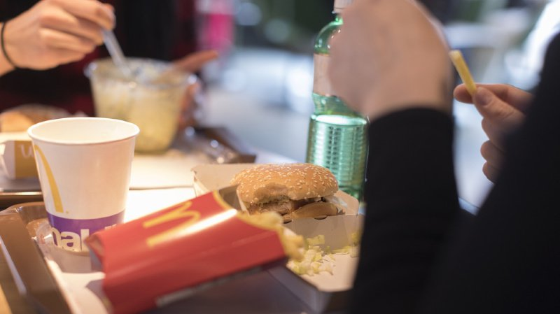 Les frites et les hamburgers sont notamment concernés par la hausse des prix. (illustration)