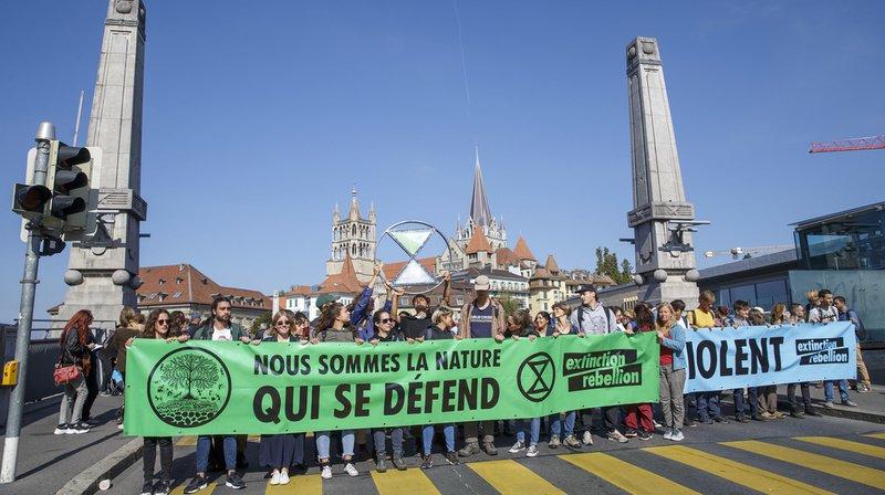 Des militants d'Extinction Rebellion se sont installés sur le pont Bessières de Lausanne vendredi en fin de matinée.