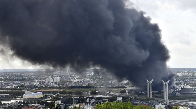 France: incendie maîtrisé dans une usine à haut risque à Rouen