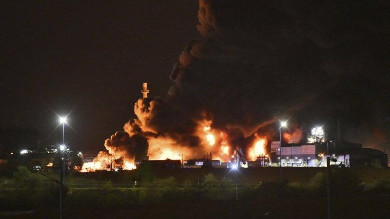 L'incendie avait donné lieu à un panache de 22 km de fumée noire de long au dessus de l'agglomération.