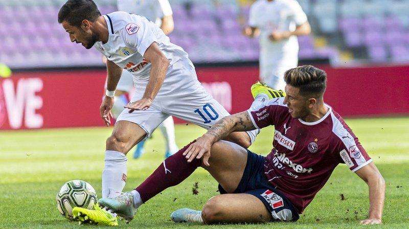 Le joueur zurichois Antonio Marchesano (à gauche) lutte pour le ballon avec le Servettien Christopher Routis.