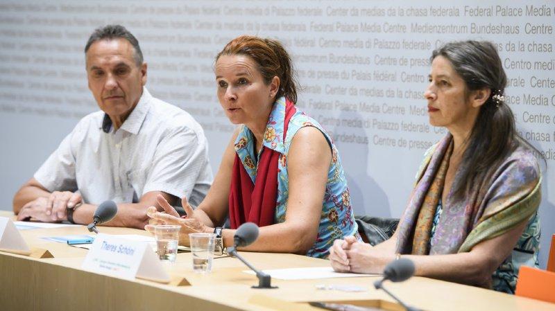 Au centre, Yvette Estermann, a présenté l'initiative aux côtés de Martin Frischknecht et Therese Schöni, ce lundi matin à Berne.