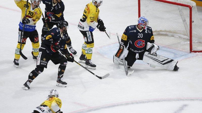Reto Berra et les Fribourgeois ratent leurs débuts dans leur nouvelle patinoire.