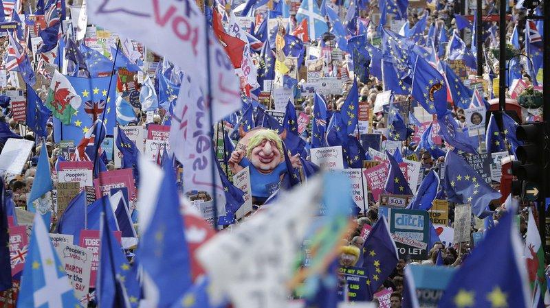 Brexit: des dizaines de milliers de manifestants pro-européens défilent à Londres pour un second référendum