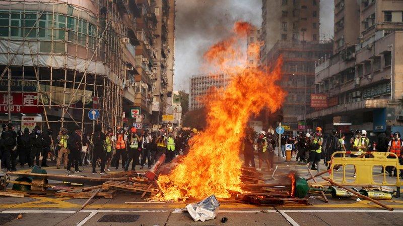 Des groupes de manifestants radicaux ont jeté des cocktails Molotov sur un poste de police, des stations de métro et des banques chinoises.