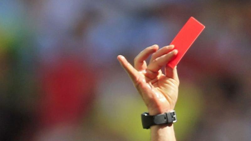 """Carton rouge aux pays """"qui limitent l'accès des stades aux femmes""""."""