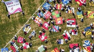 Joj_drapeaux_au_sol