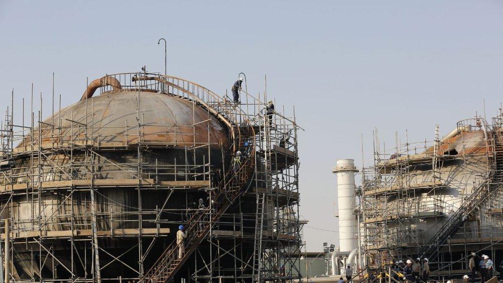En septembre, la dernière attaque contre les raffineries d'Abqaiq (ici) et de Khurais a réduit temporairement les capacités de production de 54%. Mais cela n'a pas ralenti les ardeurs du pays qui veut montrer que sa compagnie est fiable, selon un expert.