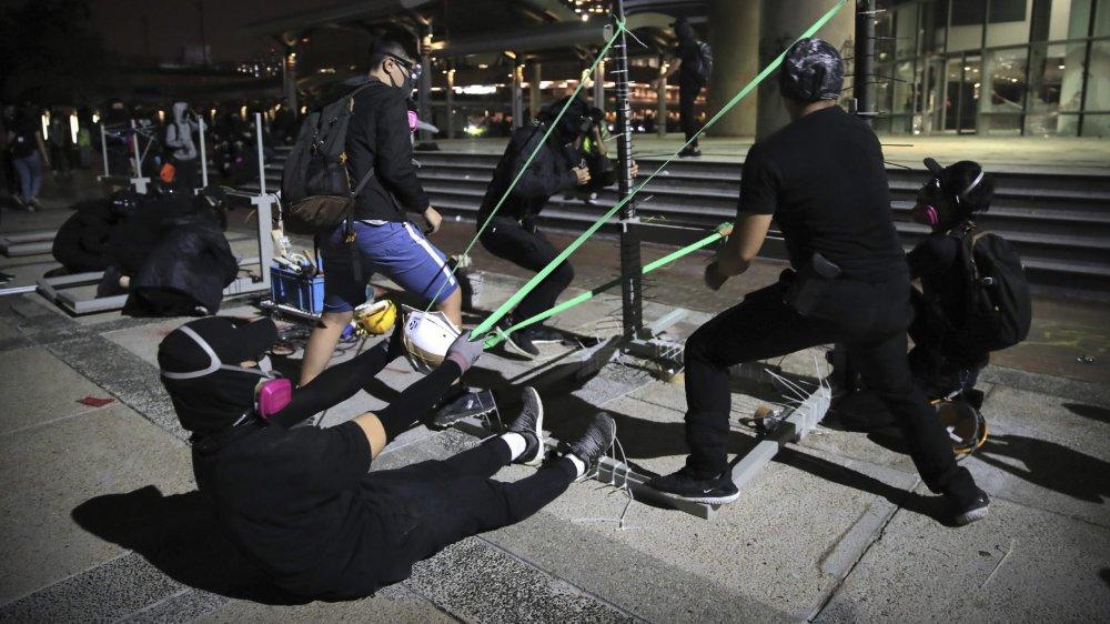 Les jeunes ont, notamment, tenté de repousser les assauts des forces de l'ordre grâce à des catapultes improvisées.