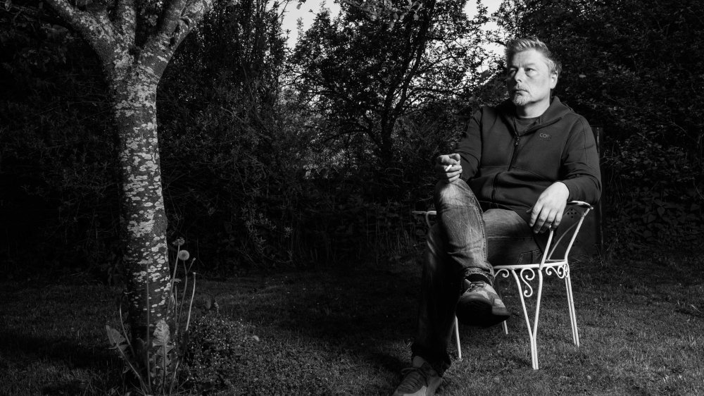 Christophe Calpini dans son jardin, à Longirod.