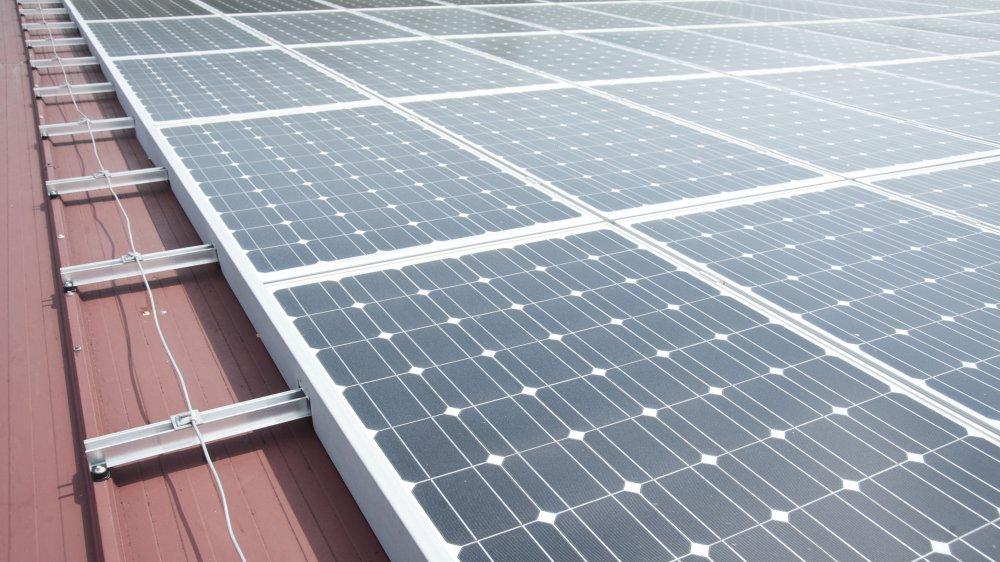 L'installation de panneaux solaires doit être facilitée, selon les lois cantonale et fédérale (image d'illustration).