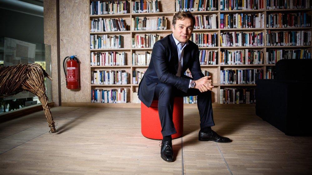 """Renaud Capuçon, dans la magnifique bibliothèque du Rosey Concert Hall, où il donne ces jours des """"masterclass"""" aux dix-huit élèves de la Menuhin Academy dont il assure la direction artistique depuis l'été dernier."""