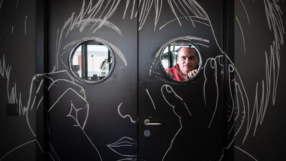 """""""Pour ce dessin d'enfant sur la porte de l'atelier, je me suis imaginé un gamin qui nous observait au travail et qui trouverait sympa ce qu'il voit"""", raconte Mathias Buttet."""