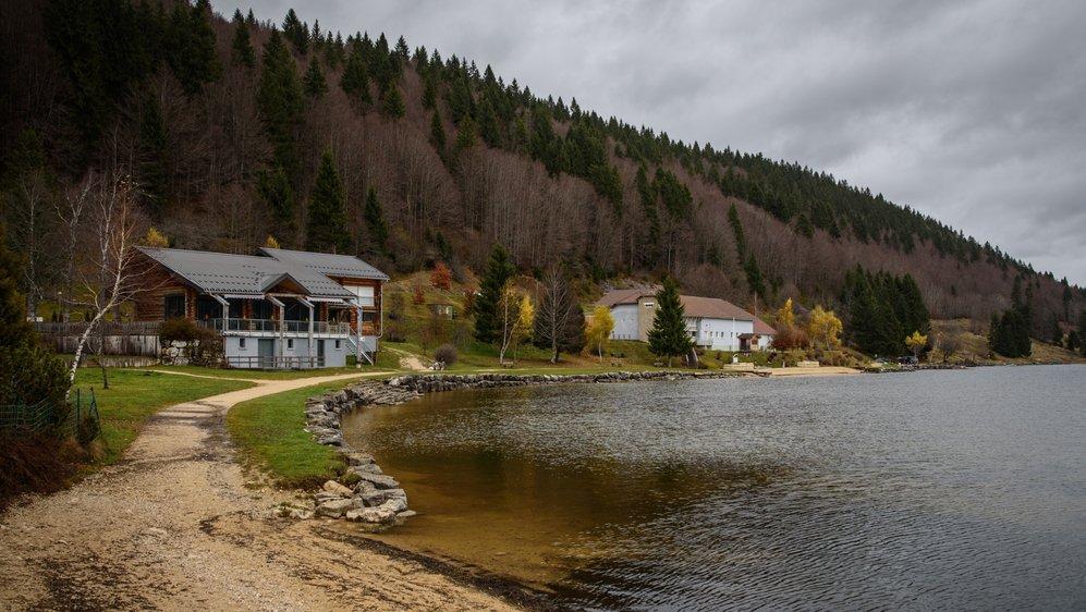 La station de traitement de l'eau, à droite de l'image, se trouve au bord du lac des Rousses.