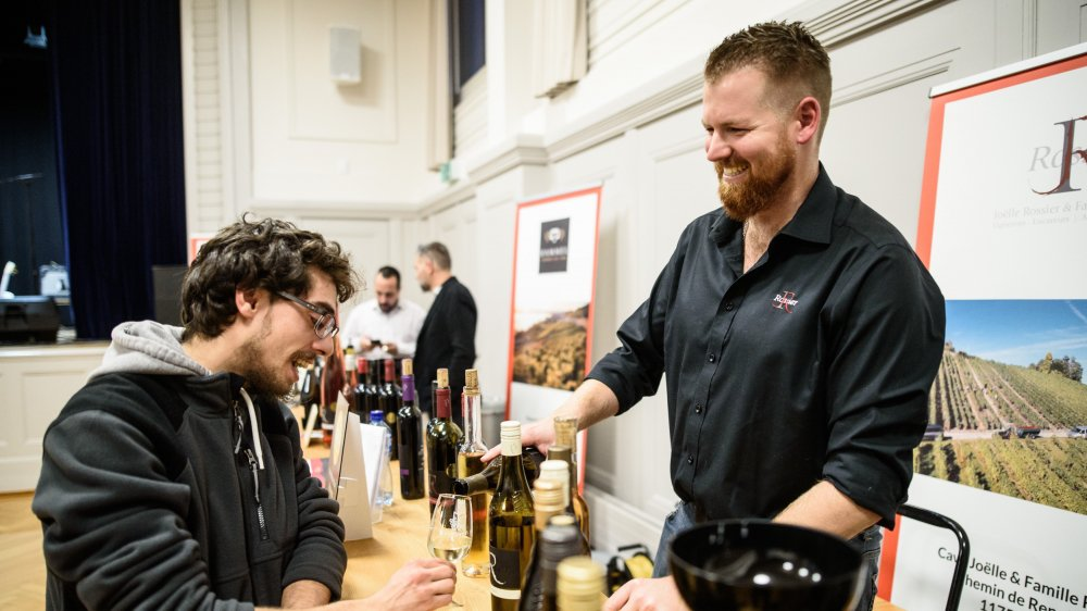 Le premier Festival du vin s'est déroulé à la salle de la Colombière. Ici Yves Hallenbarter et Thomas Rossier, vigneron.