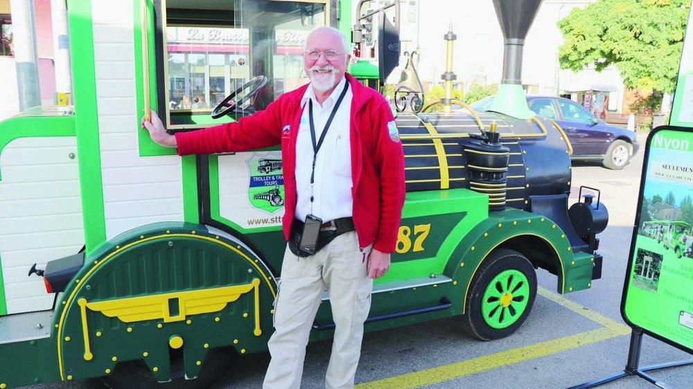A bord de «son» P'tit train vert, Michel Maillard conduit touristes et autochtones du Quai des Alpes aux rues du Vieux Nyon.
