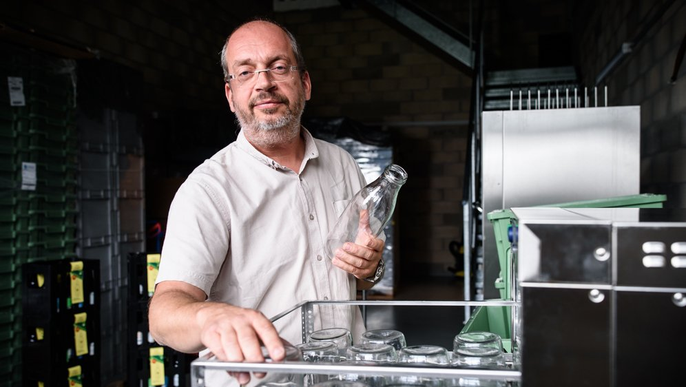 Hervé Le Pezennec, créateur de l'entreprise Réseau Consigne, s'occupe de récupérer et laver bocaux et bouteilles à usage multiple.