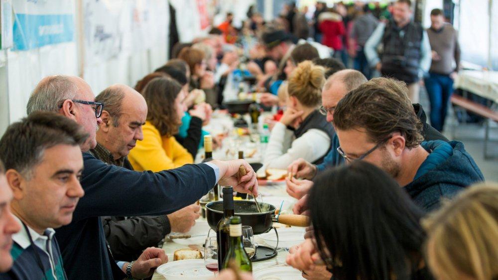 Le Mondial de fondue est très couru. En prime cette année, à admirer le fameux gigantesque caquelon  des 100 ans de la Fédération vaudoise des jeunesses campagnardes acquis par le comité.