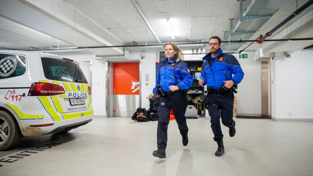 L'annonce de violences conjugales est toujours une urgence pour la police. Dans le garage de Police Région Morges, l'adjudant Loïc Epitaux-Fallot et Virginie Bugnard, apointée, rejoignent leur véhicule.