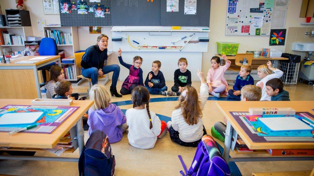 Marianne Klay, enseignante à Bassins, échange avec ses élèves sur l'attention et la concentration en classe.