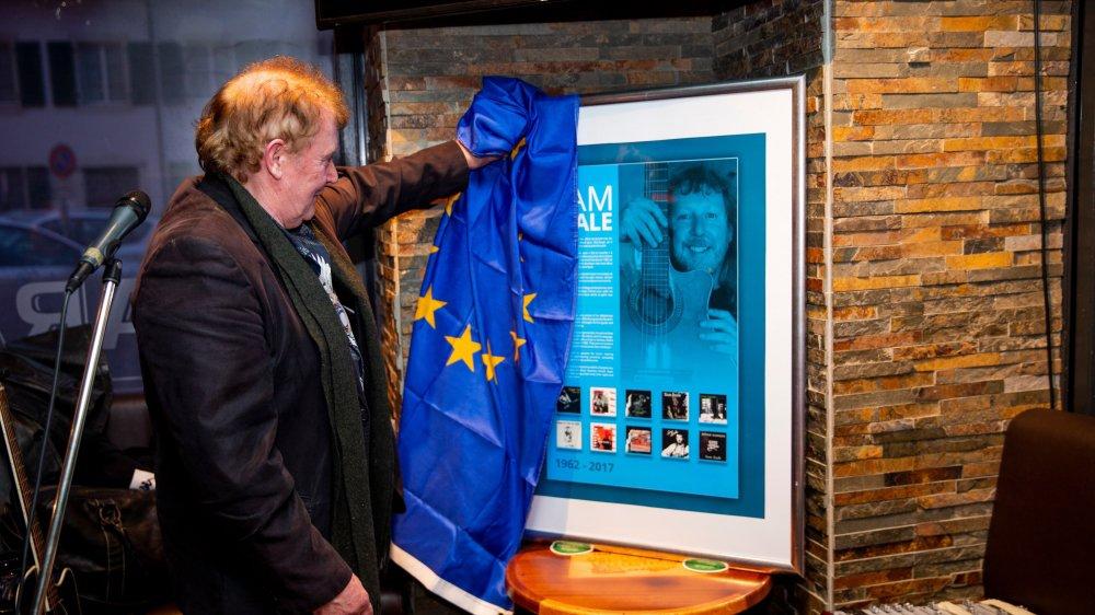 Le musicien irlandais Francie Conway dévoile le poster en l'honneur de son ami Sam Seale au Barawine à Nyon