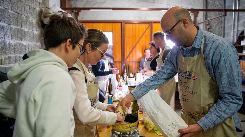 Les participants au concours ont préparé leur fondue avec beaucoup d'application.