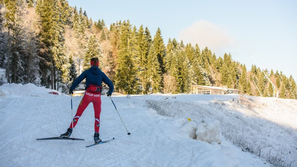 Au stade Jason Lamy-Chappuis, au pied des massifs de la Dôle et des Tuffes, on skie déjà sur de la vraie neige... de l'hiver dernier.