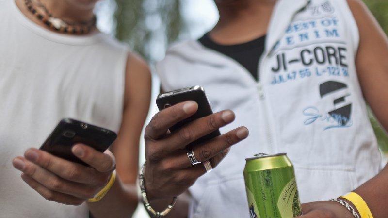 Selon Moneyland, il vaudrait mieux acheter séparément son smartphone et son abonnement. (illustration)