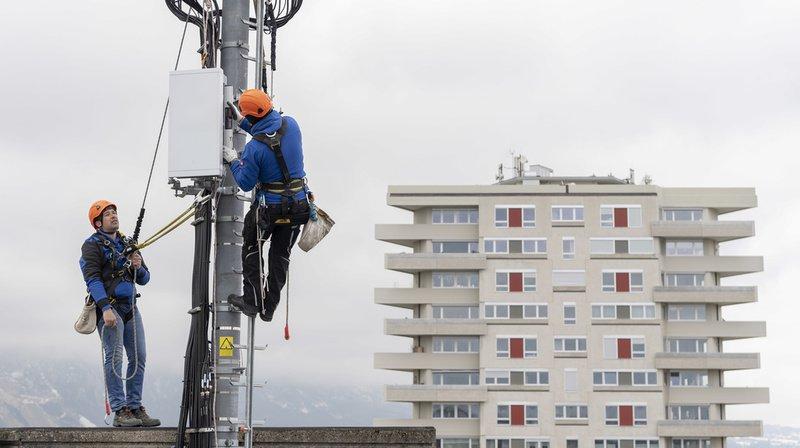 Installation d'une antenne 5G sur le toit d'un immeuble le 5 avril 2019 à Chêne-Bougeries, dans le canton de Genève.