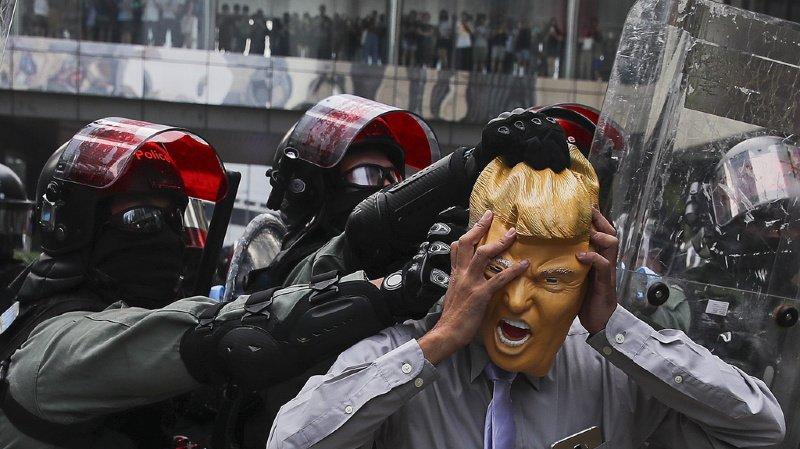 Hong Kong: Trump promulgue la loi en soutien des manifestants, la Chine s'insurge