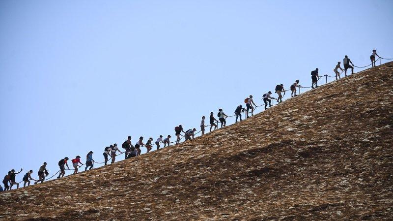 Vendredi, ils étaient des centaines à vouloir entreprendre une dernière fois l'ascension de ce fameux rocher.