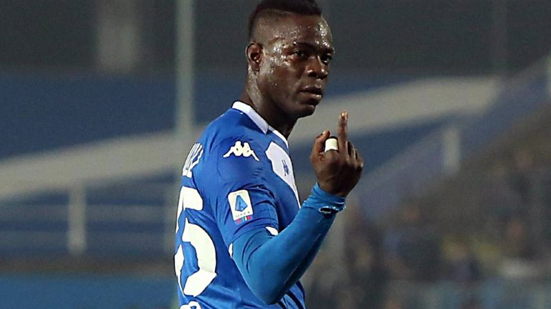 Football: victime de cris racistes, Balotelli, qui joue à Brescia, menace de quitter le terrain