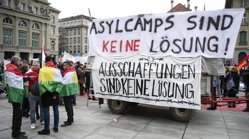"""Quelque 500 réfugiés et leurs soutiens prennent part à la manifestation. """"Les camps de réfugiés ne sont pas une solution"""", peut-on lire sur un bandeau."""