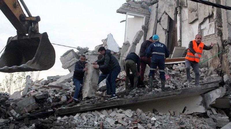Dans les débris de la ville de Thumane, les secouristes fouillent les décombres à la recherche d'éventuelles victimes.