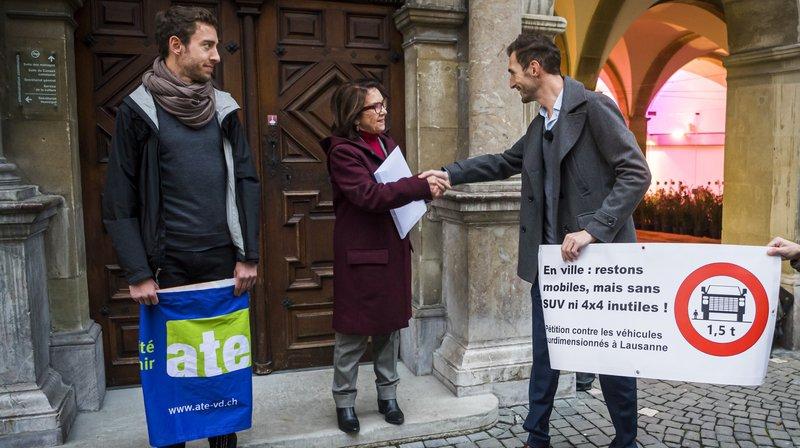 Sylvain Croset, (dr) l'initiateur de la pétition qu'il a remise à Eliane Aubert présidente du Conseil communal de Lausanne sous l'oeil de David Raedler (g.), president de l'ATE Vaud.