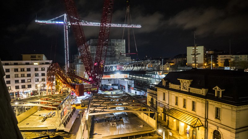 Le premier élément de la passerelle au-dessus des voies de la gare CFF de Renens a été posé la nuit dernière.