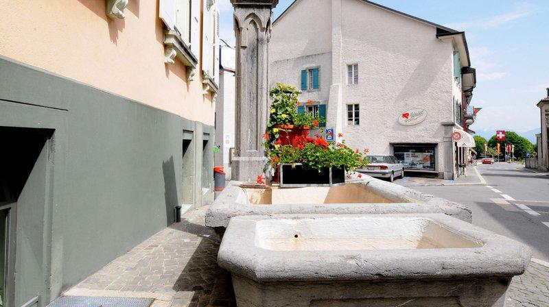 La fontaine devant la Couronne est concernée par le projet de rénovation. Elle date de 1861 et a été fabriquées dans du calcaire de Saint-Triphon.