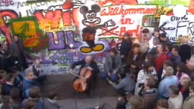 Une des images emblématiques de l'événement: le virtuose russe en exil Mstislav Rostropovitch joue une suite de Jean-Sébastien Bach au pied du mur graffité.