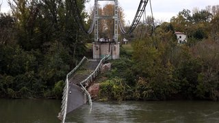 Un pont s'effondre,  deux morts