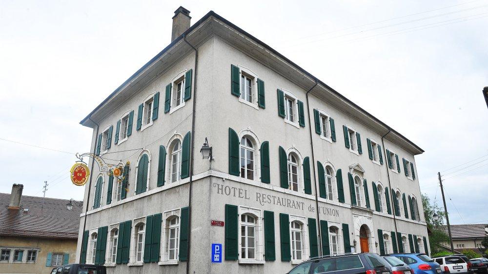 L'hôtel dispose de 18 chambres, le café restaurant d'une cinquantaine, sans compter la terrasse et deux salles.